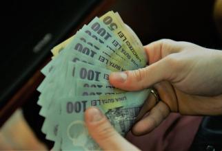 Moneda naţională s-a apreciat uşor vineri în raport cu euro