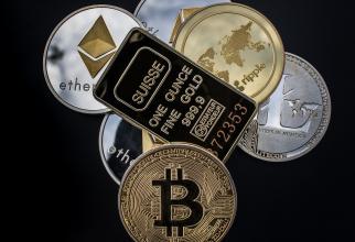 Dublarea capitalizării de piaţă a criptomonedelor în decurs de câteva luni a fost stimulată de Bitcoin, care în prezent are o capitalizare de piaţă de peste 1.000 de miliarde de dolari.