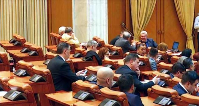 Deputații nu se grăbesc să dezbate legile în timp util