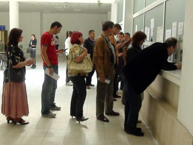 """Românii sunt obligați în continuare să stea la cozi la ghișee unde trebuie să depună """"cereri online"""""""