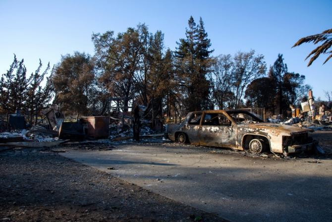 Locuințe și mașini distruse de incendului din California