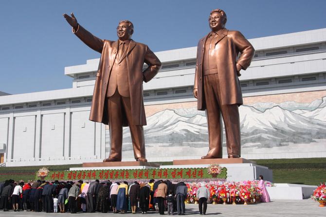 Statui care-i reprezintă pe foștii lideri nord-coreeni, Kim Il-Sung și Kim Jon-Il
