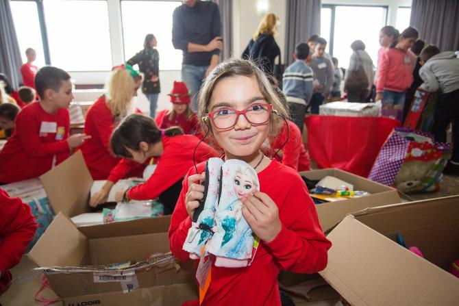 Peste 1.200 de copii defavorizați din toată țara au primit cadouri prin Fundatia Vodafone