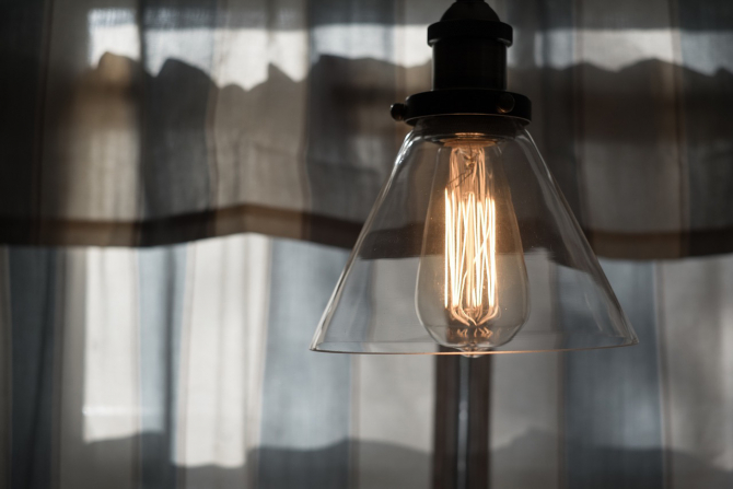 Energia electrică în România, mai scumpă cu 30% față de țările vecine