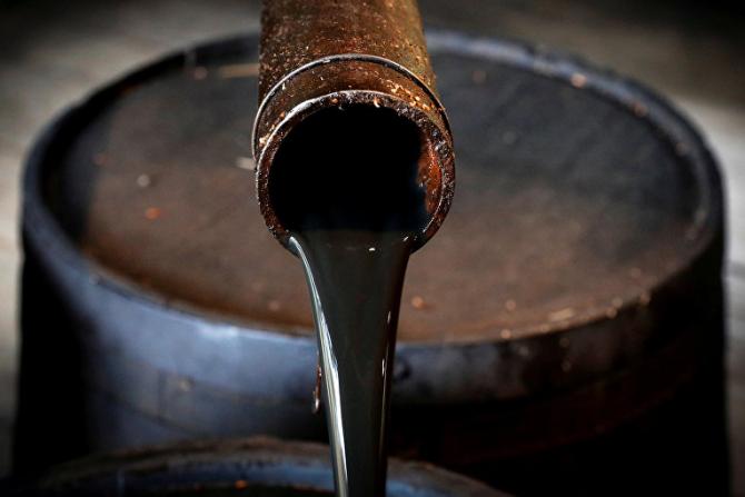Prețul petrolului rămâne sub presiune