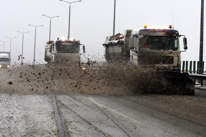 Pluguri curata zapada de pe o autostrada