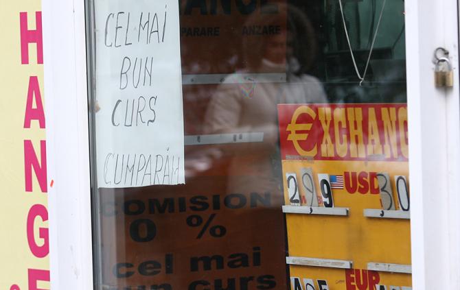 Leul se apreciază în raport cu euro
