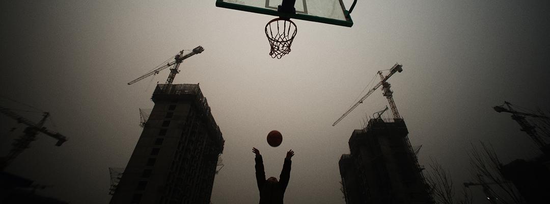 Un copil joacă baschet, Beijing, China
