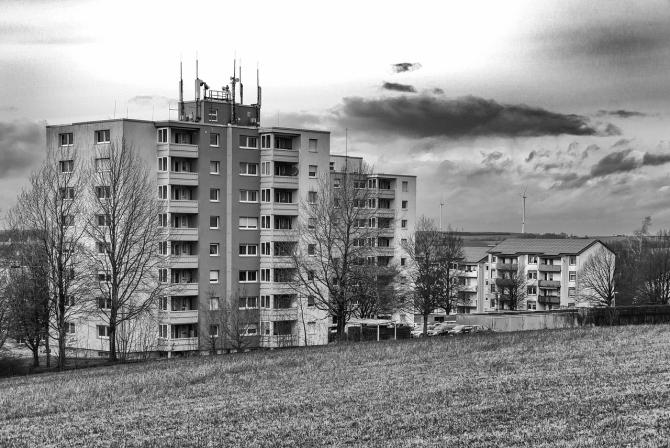Românii trăiesc în locuințe supraaglomerate