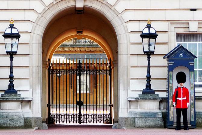 Regina va fi evacuata din Buckingham Palace