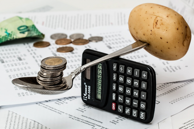 Guvernul scade cheltuielile și crește excedentul bugetar