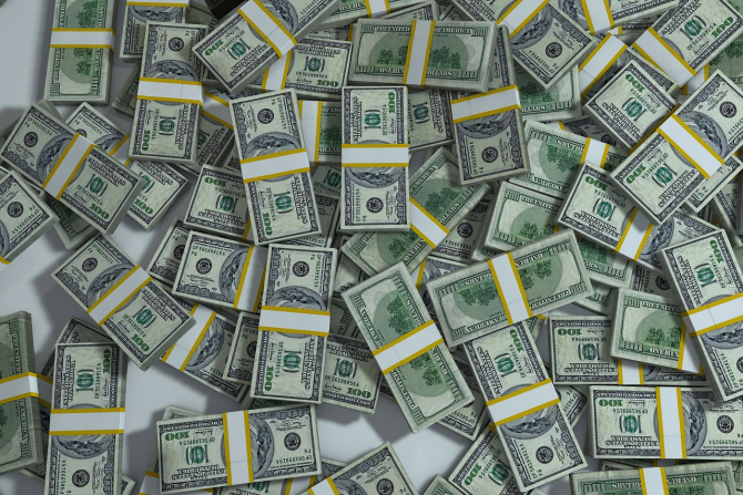 Dolarul s-a apreciat ușor