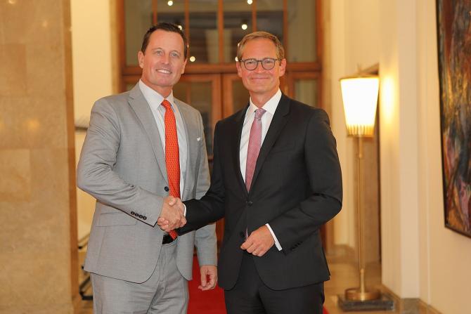 Ambasadorul Richard Grenell (stânga), la o întâlnire cu primarul Berlinului