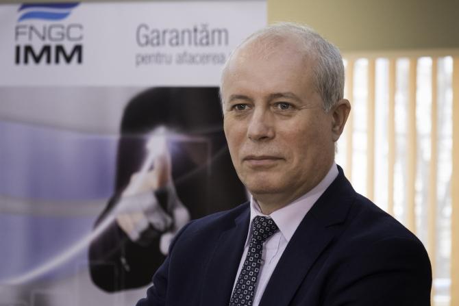 Gheorghe Lăpădat, director general al FNGCIMM din 12 februarie 2019, este un profesionist cu peste 30 de ani de experiență în sistemul financiar - bancar românesc, absolvent al Facultăţii de Ştiinţe Economice din cadrul Universităţii din Craiova și Doctor