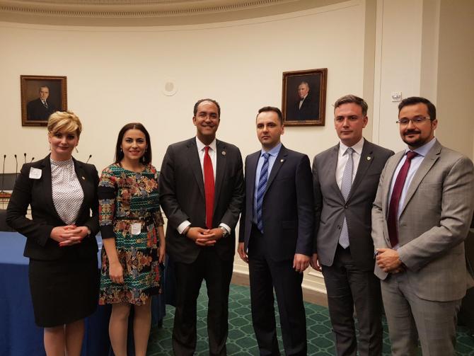 Junii senatori români la Washington alături de un reprezentant al gazdelor