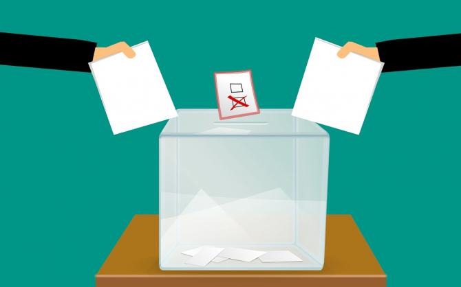 Din ce în ce mai mulți români se înregistrează pentru votul prin corespondență