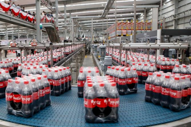Coca-Cola folosește o cantitate uriașă de plastic