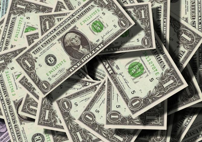 Dolarul se apreciază în raport cu leul