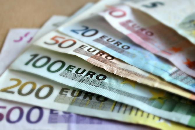Euro a devenit mai scump