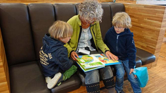 O bunică le citește nepoților