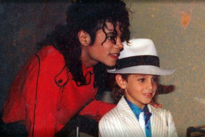 MIchael Jackson impreună cu unul din băieții prezentați în documentar