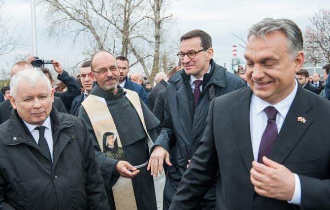 Viktor Orban (dreapta)