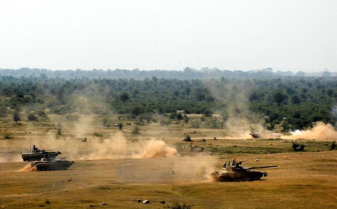 Tancuri indiene în timpul unui exercițiu militar