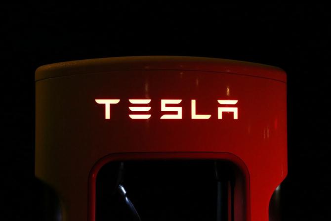 Tesla a decis sa își închidă toate show-room-urile