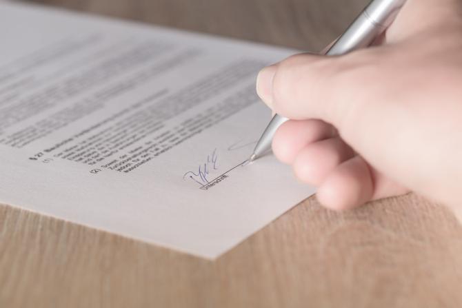 Contractele trebuie semnate de clienti