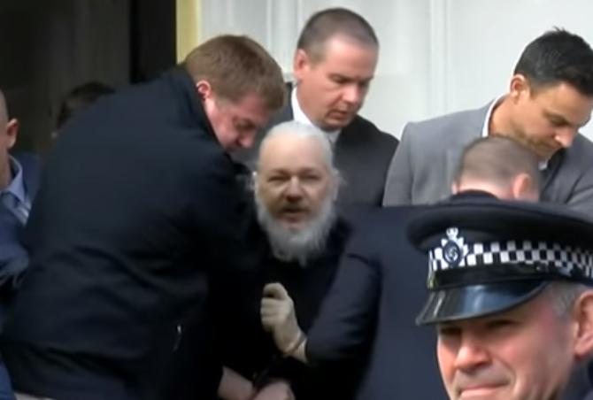 Julian Assange, în timp ce era târât de polițiști afară din Ambasada Ecuadoriană
