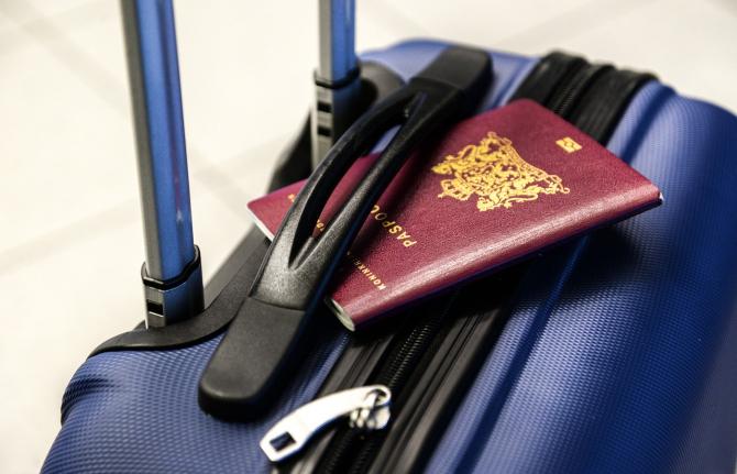 Britanicii au început să schimbe pașapoartele