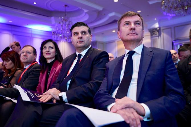 Ministrul Alexandru Petrescu (mijloc)
