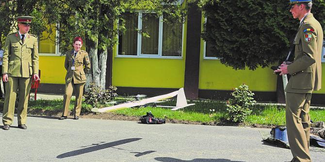 """Studentul român, demonstrându-și """"jucăriile"""""""