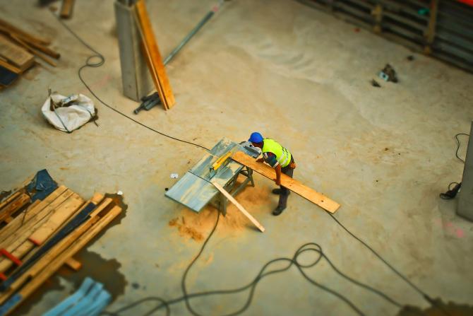 Guvernul vrea sa ia masuri pentru compensarea cresterii salariului minim