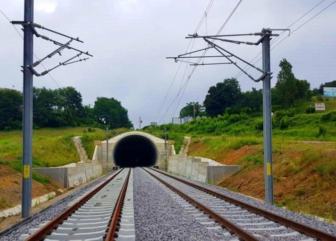 Tunelul Daneș are aproape un kilometru lungime