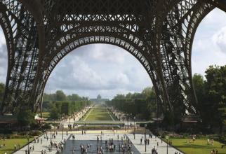 Amenințare cu BOMBĂ! Turnul Eiffel a fost EVACUAT