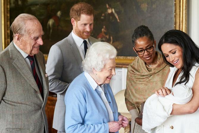 Regina Elisabeta, încântată de noul membru al familiei