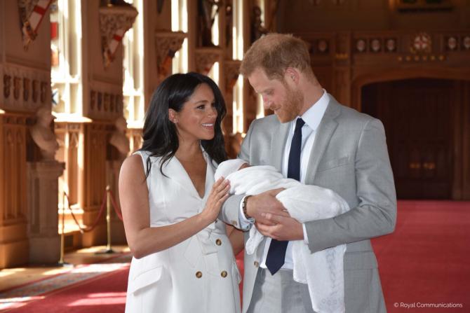 Meghan Markle si Prințul Harry împreună cu bebelușul lor pe care l-au botezat Archie Harrison