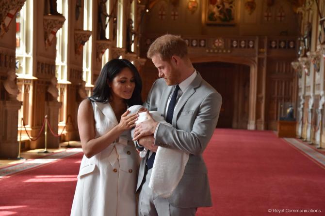 Meghan Markle și Harry prezintă lumii primul lor bebeluș