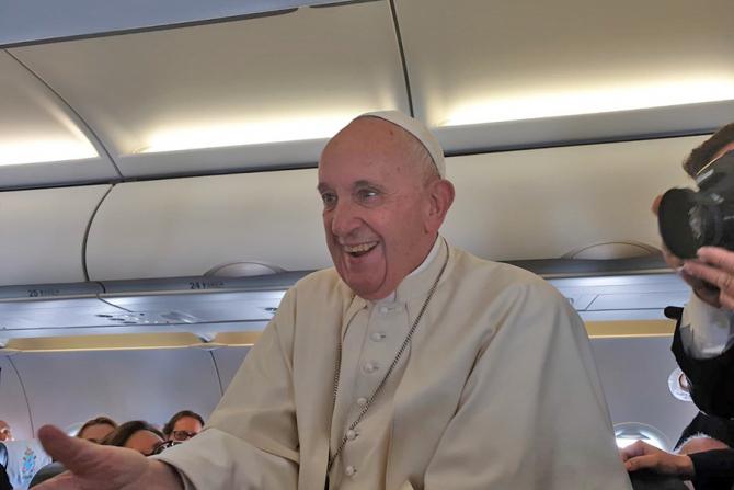 Papa Francisc, în avionul cu care a sosit în România
