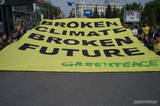Bannerul afișat de militanții Greenpeace la Sibiu