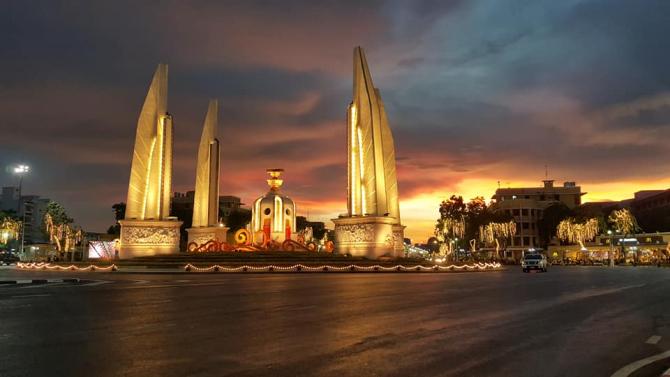 Bulevardul Rajadamnoen din Bankok, pregătit pentru ceremonii