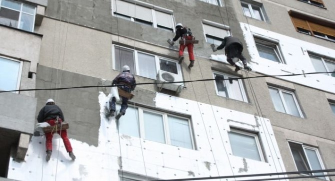 Pentru proiecte de investiţii în continuare vizând reabilitarea termică a peste 260 de imobile sunt prevăzuţi 84,3 de milioane de lei