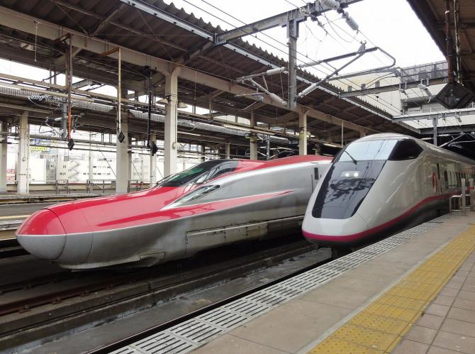 Noul model Shinkasen alături de unul de generație mai veche
