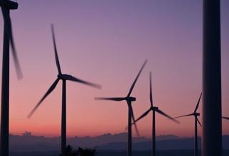 Danemarca a mai făcut marţi un pas cu planurile care care vizează construcţia de insule artificiale care să găzduiască parcuri de turbine eoliene offshore