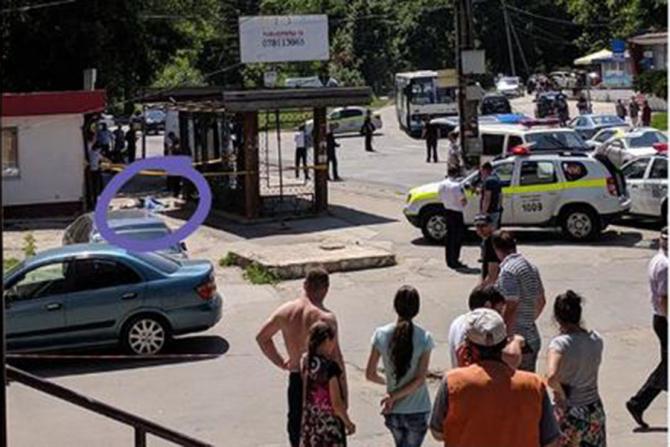 O mașină a intrat în oamenii dintr-o stație de autobuz din Chișinău