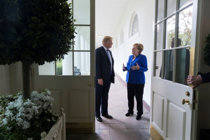 Donald Trump o atacă din nou pe Angela Merkel