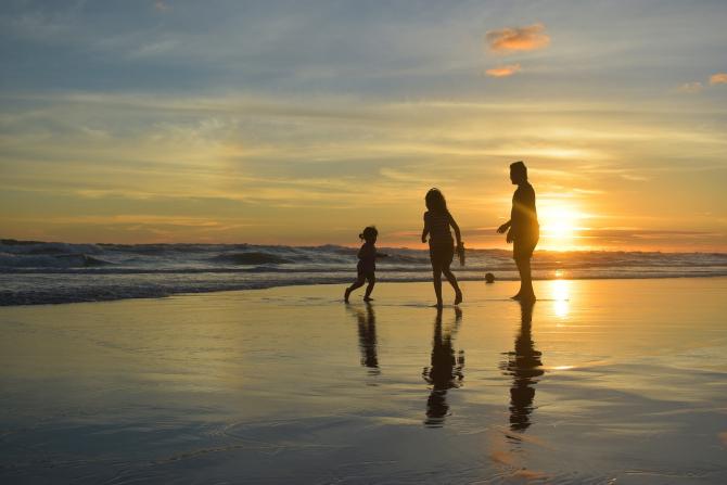 Familie la malul mării