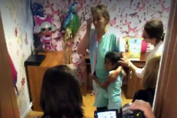 Fetita alături de asistenta maternală