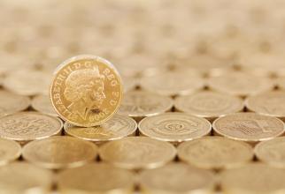 Lira sterlină se devalorizează brusc